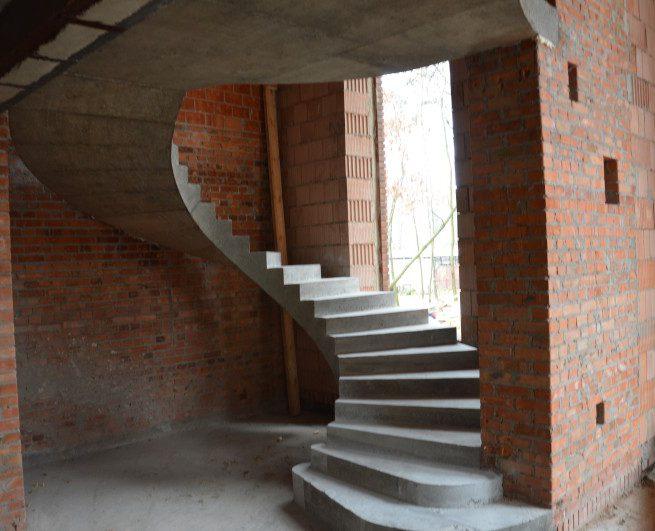 Гладко подшитая лестница в красном кирпиче