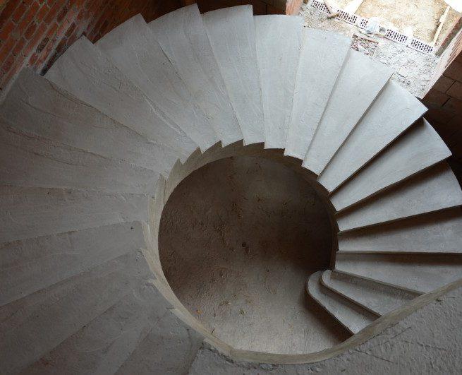 Гладко подшитая лестница вид сверху