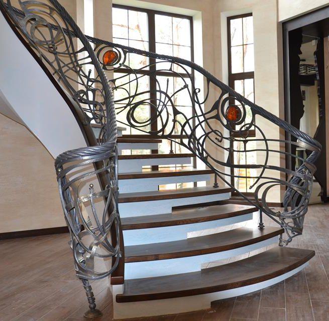 Бетонная лестница с ограждением
