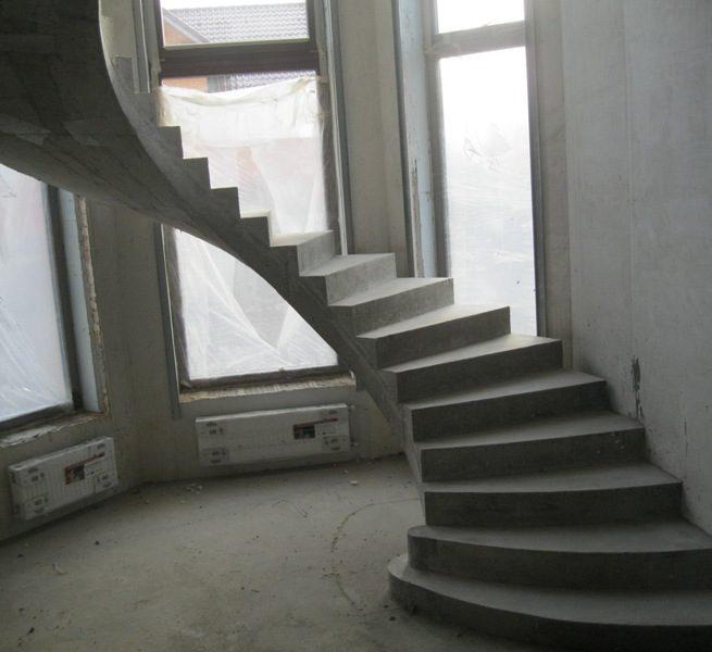 Гладко подшитая полувинтовая лестница