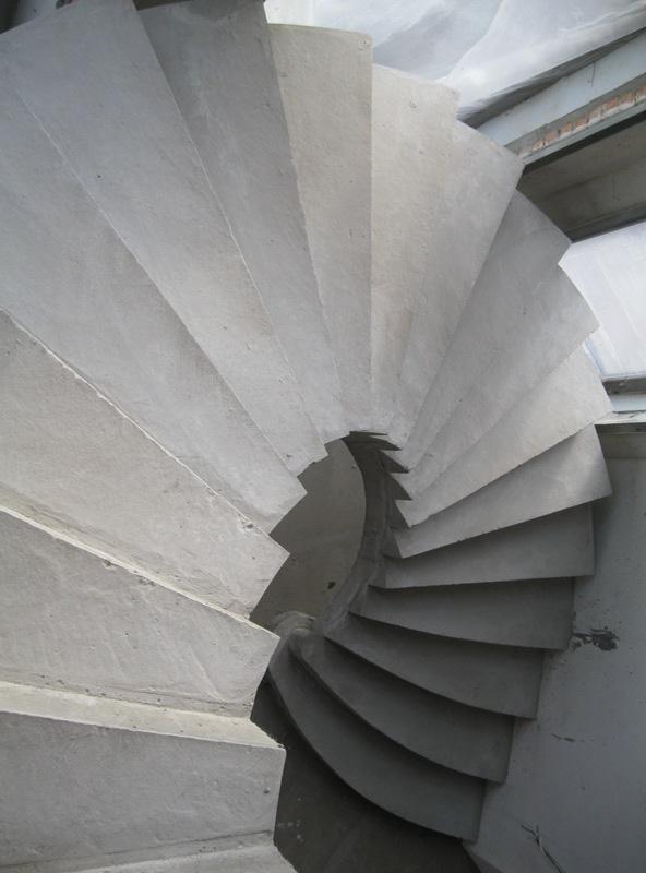 Полувинтовая лестница гладко подшитого типа