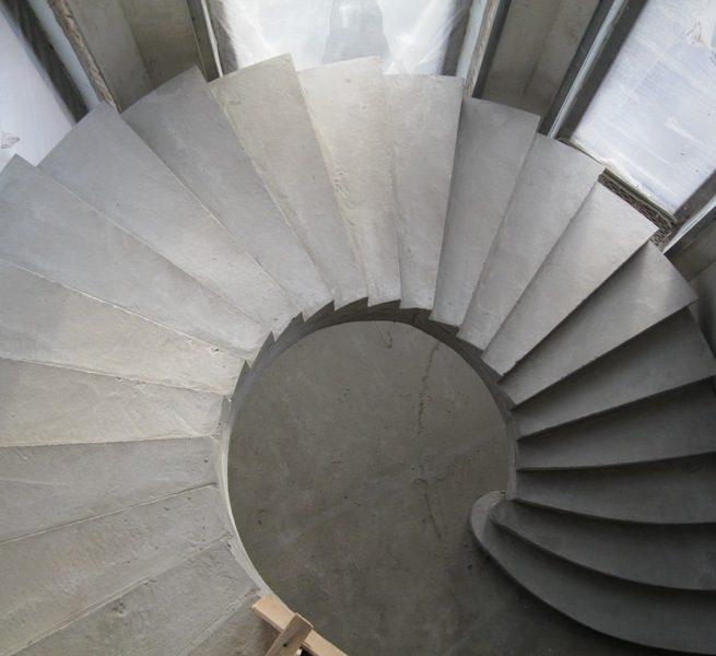 Полувинтовая гладко подшитая бетонная лестница