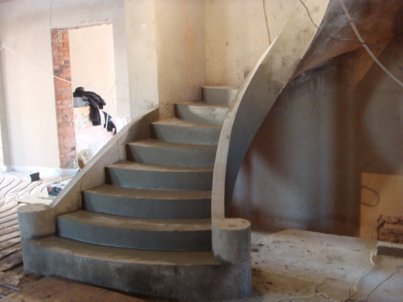 Гладко подшитая бетонная лестница с бортом