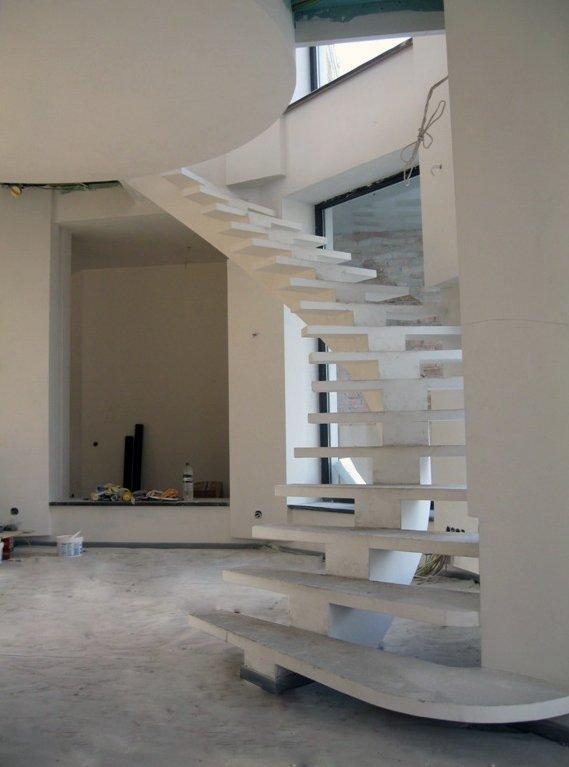 Белая бетонная лестница на центральном косоуре