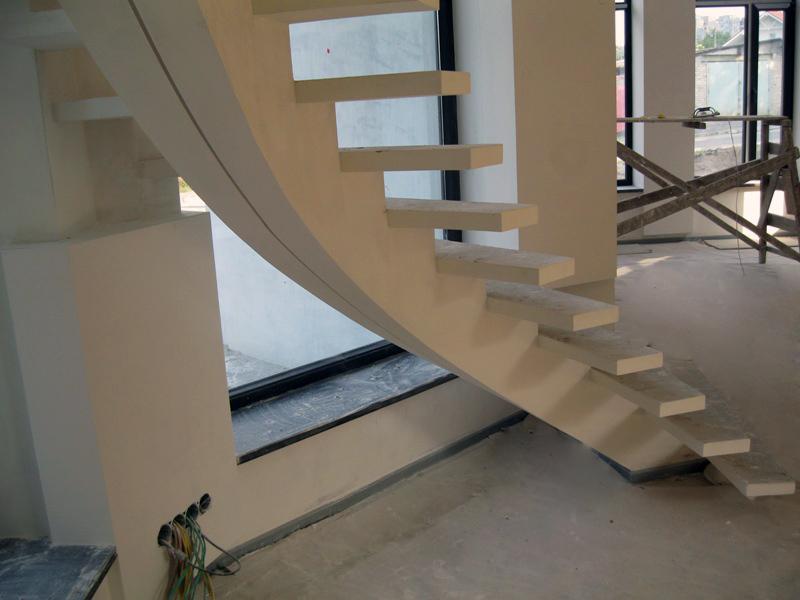 Лестница на центральном косоуре в доме