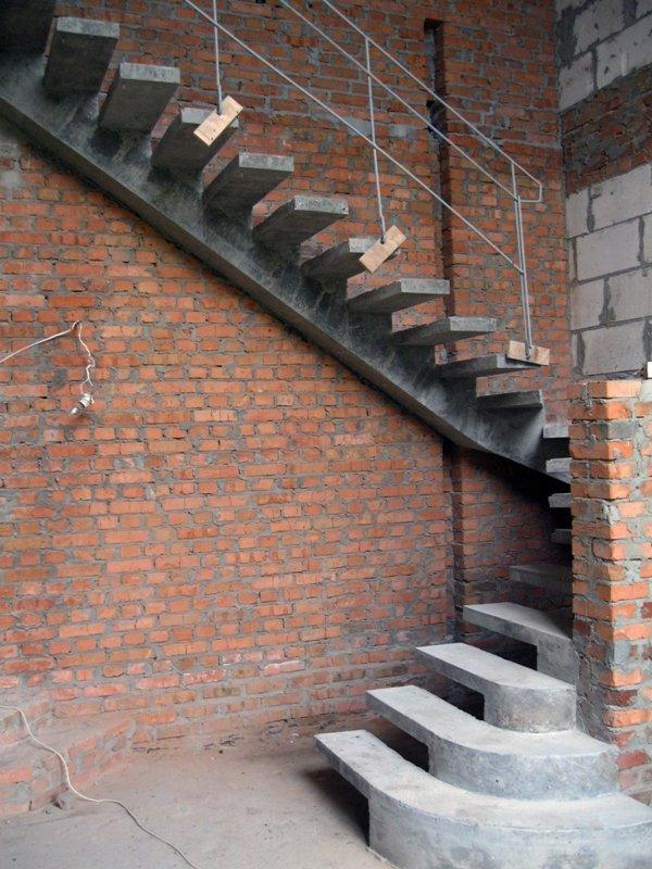 Боковой косоур лестницы из бетона