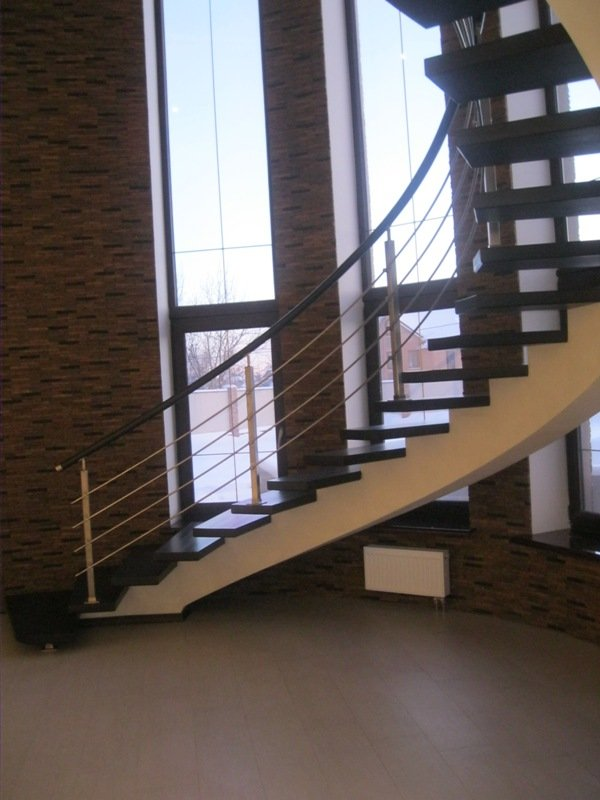 Лестница на центральном косоуре в отделке
