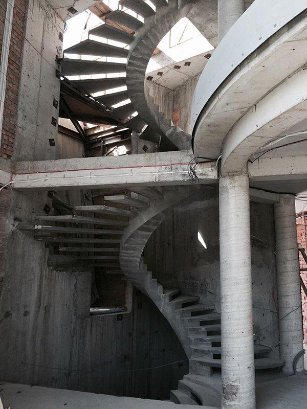 Внутренний косоур лестницы из бетона