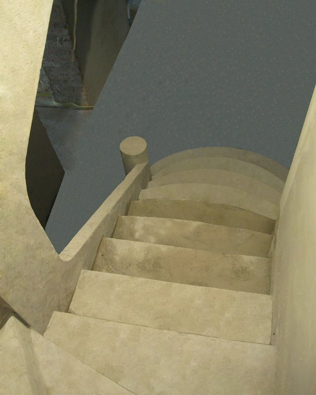 Зеркальное дно бетонной лестницы
