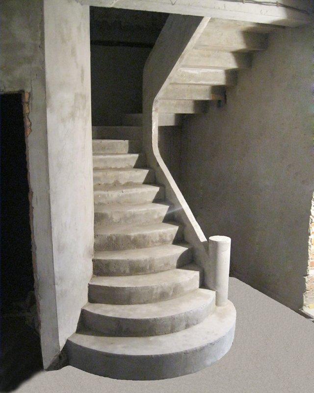 Бетонная лестница с зеркальным дном