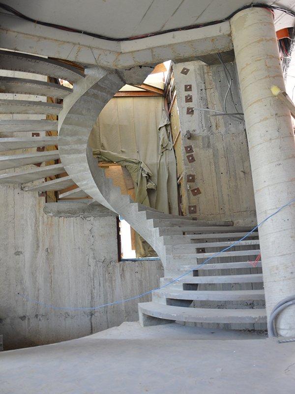 Лестница на внутреннем косоуре с дуговыми ступенями