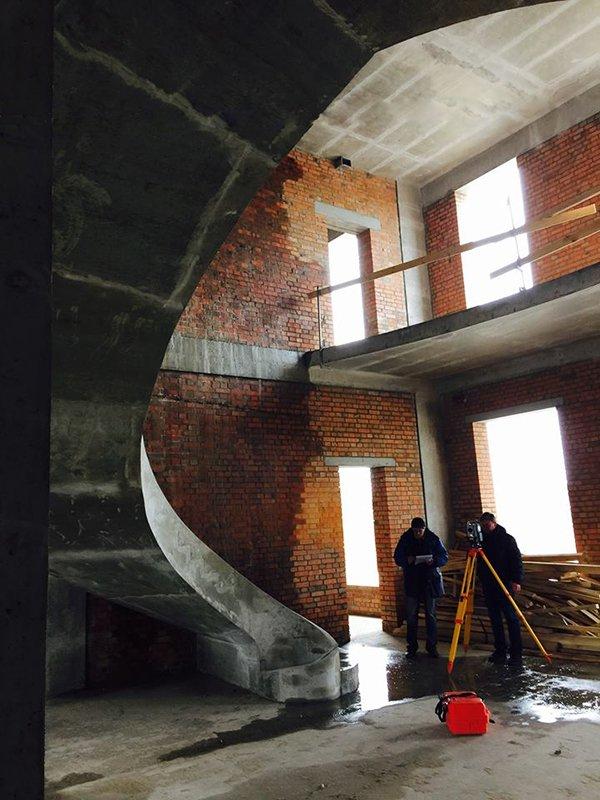 Гладко подшитая лестница в частном доме