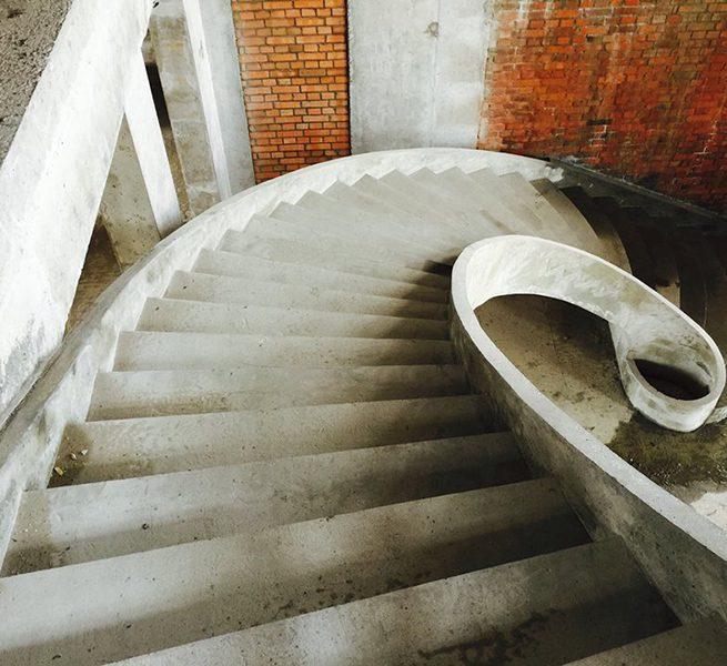 Гладко подшитая лестница с бортами