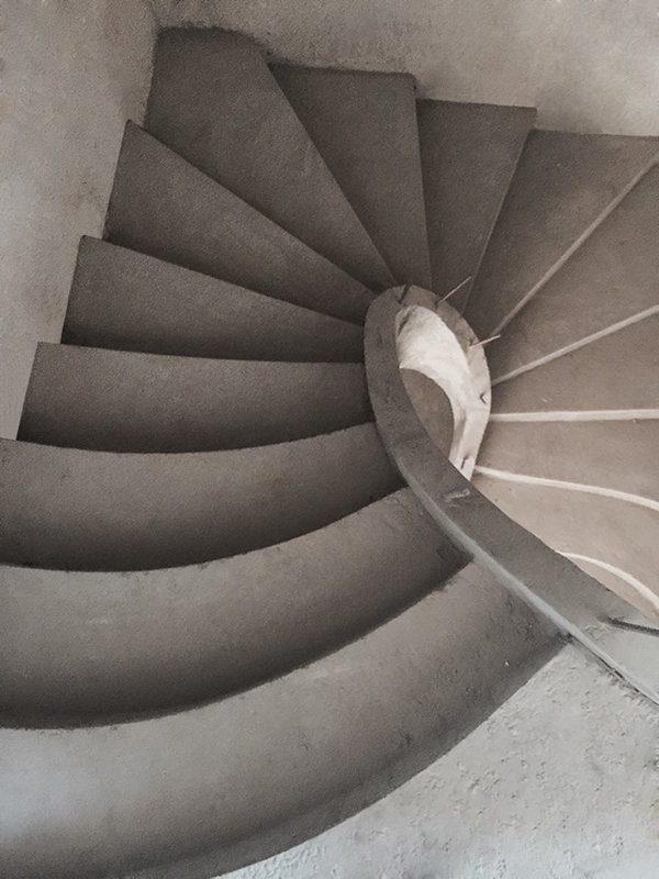 33. Зеркальная п-образная бетонная лестница