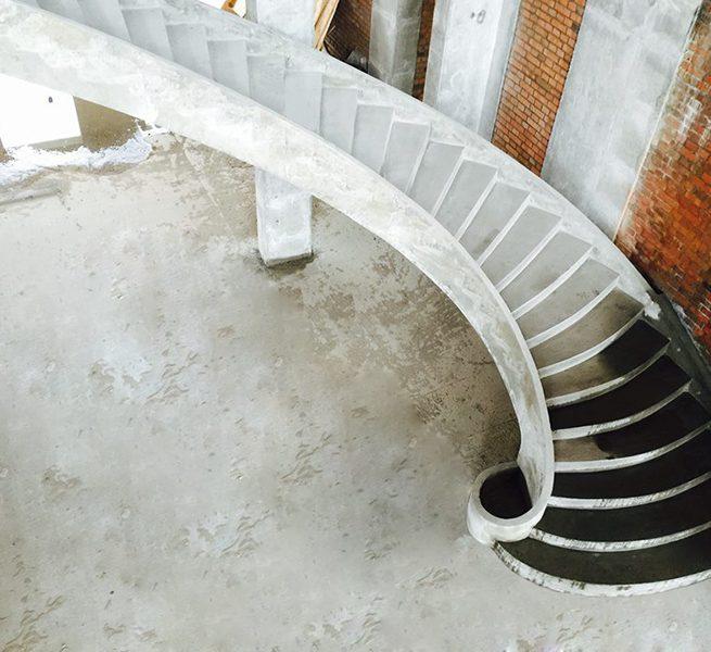 Винтовая гладко подшитая лестница