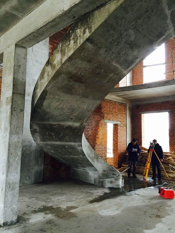 Бетонная гладко подшитая лестница с бортами