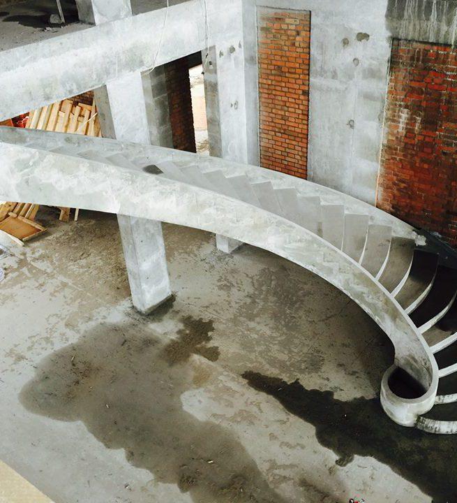 Бетонная гладко подшитая лестница