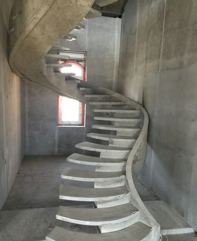 Лестница на криволинейном косоуре