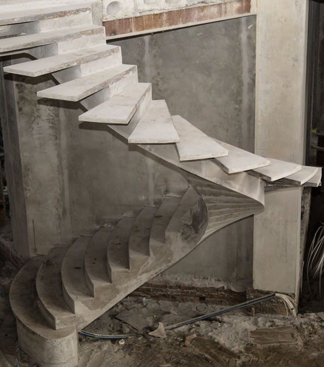 Полвунтовая лестница на внутреннем косоуре фото