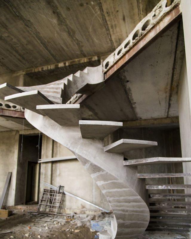 Полувинтовая лестница внутренний косоур