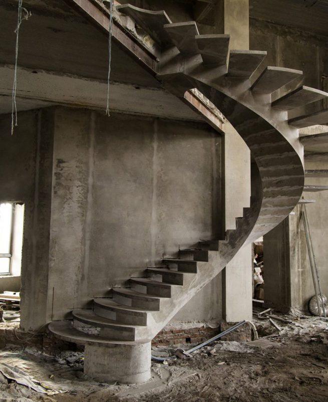 Полвинтовая лестница из бетона на внутреннем косоуре