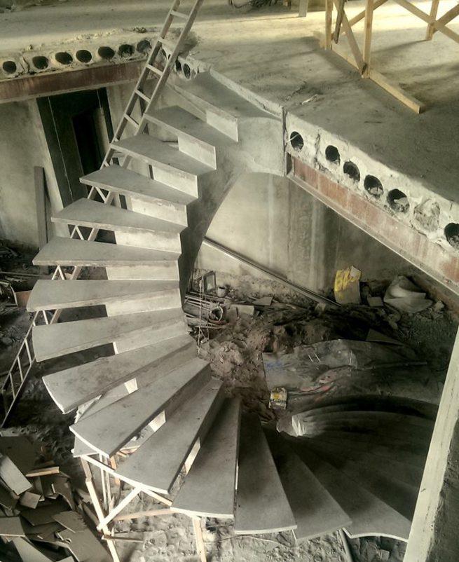Полувинтовая лестница на внутреннем косоуре сид сверзу