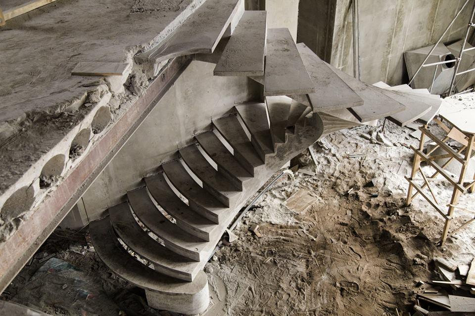 Бетонная полувинтовая лестница на внутреннем косоуре