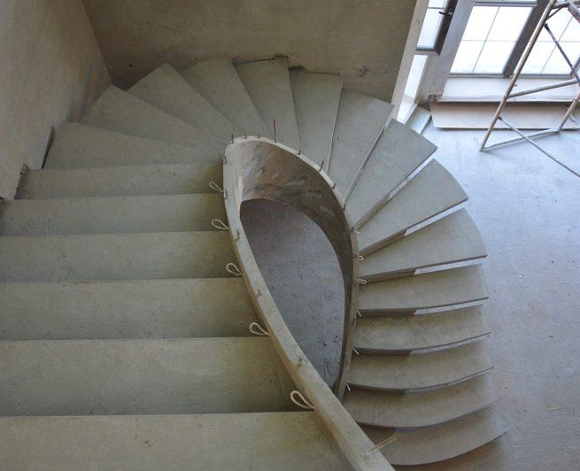 Лестница на половинчатом косоуре