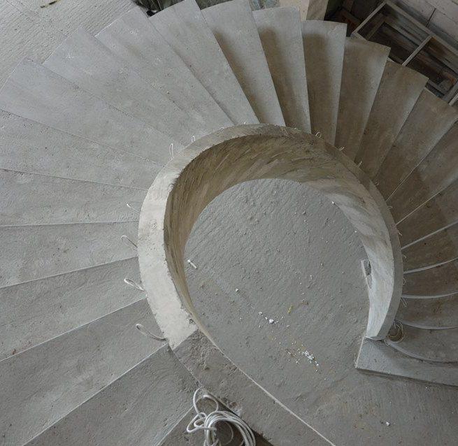 Лестница из бетона на внутренем косоуре