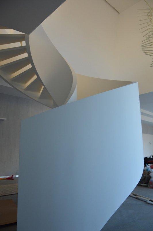 Белая двухтетивная бетонная лестница