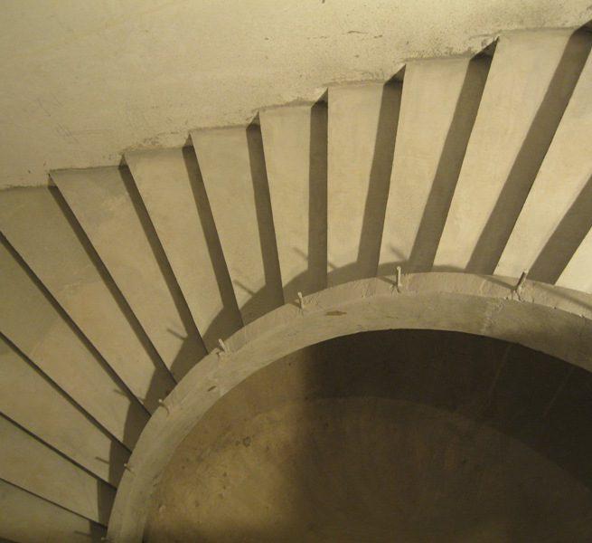 Однотетивная бетонная лестница