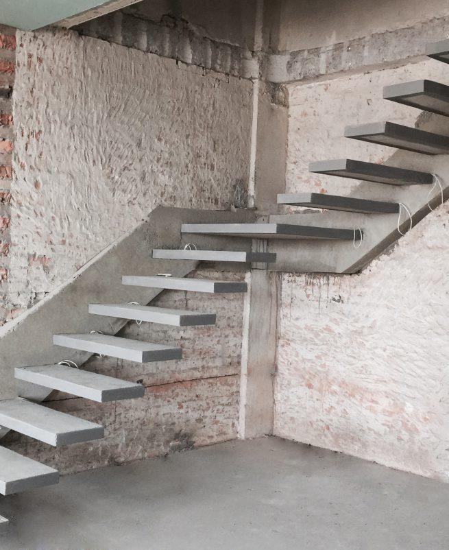 Скрытый косоур бетонной лестницы