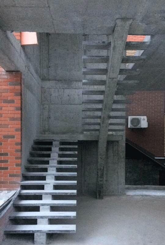 Центральный косоур п-образной бетонной лестницы