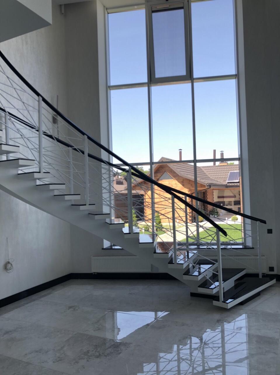 Г-Образная лестница на центральном косоуре