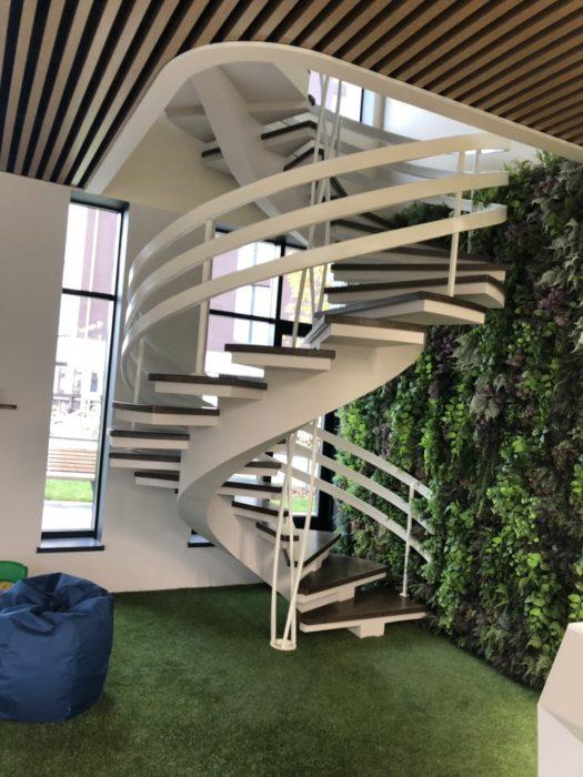 Винтовая лестница на центральном косоуре