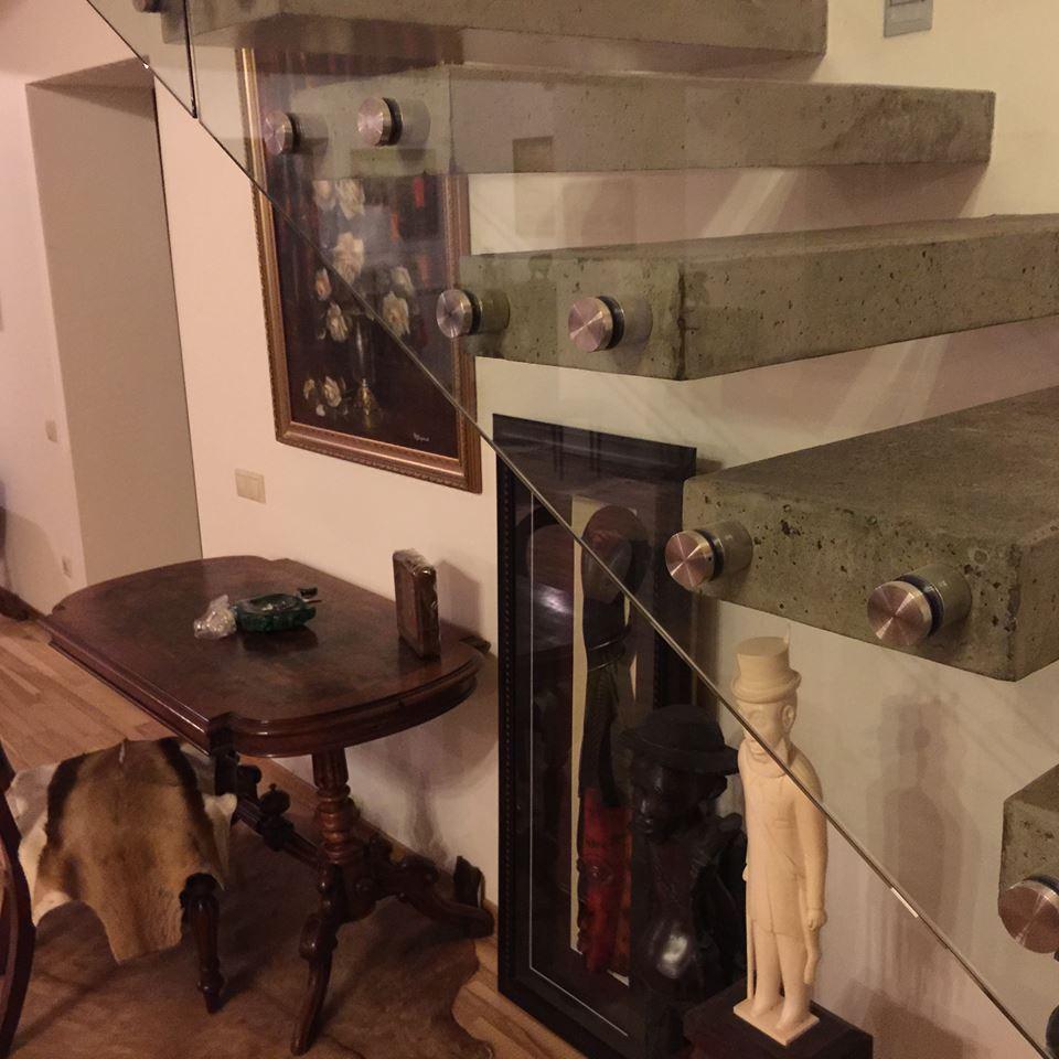 Консольная лестница со стеклянным ограждением