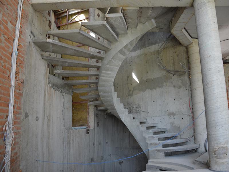 Бетонная лестница на внутреннем косоуре