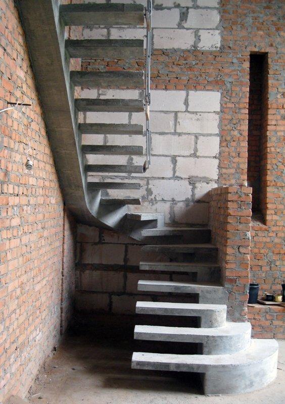 П-Образная лестница на боковом косоуре