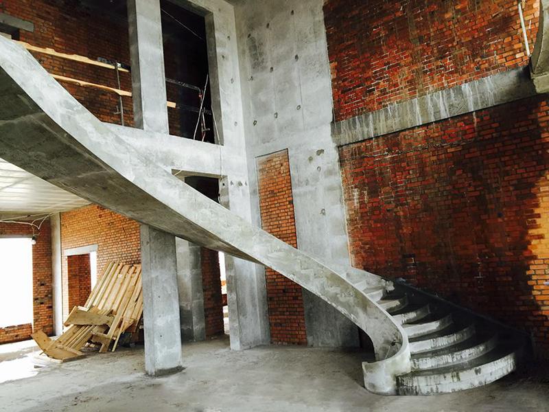 Винтовая гладко подшитая лестница в доме