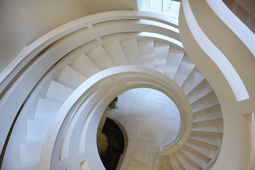 Белая двухтетивная лестница