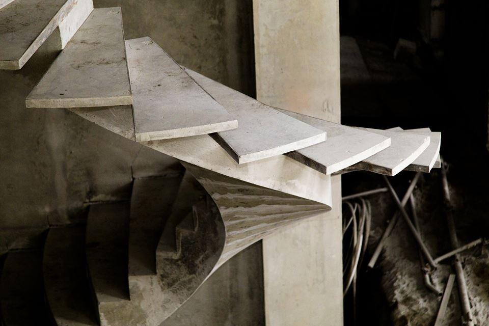 Полувинтовая лестница из бетона на косоуре