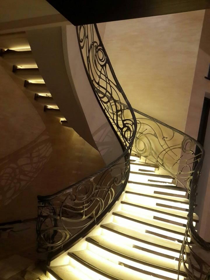 Половинчатый косоур - лестница в отделке