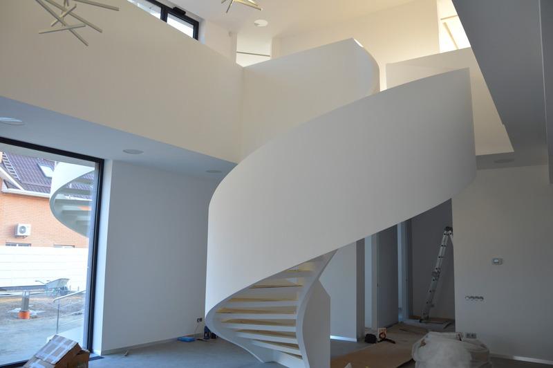 Бетонная лестница с глухим бетонным ограждением