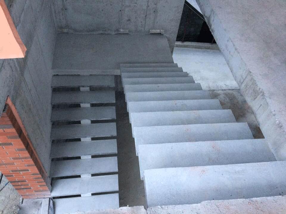 Центральный косоур п-образной лестницы