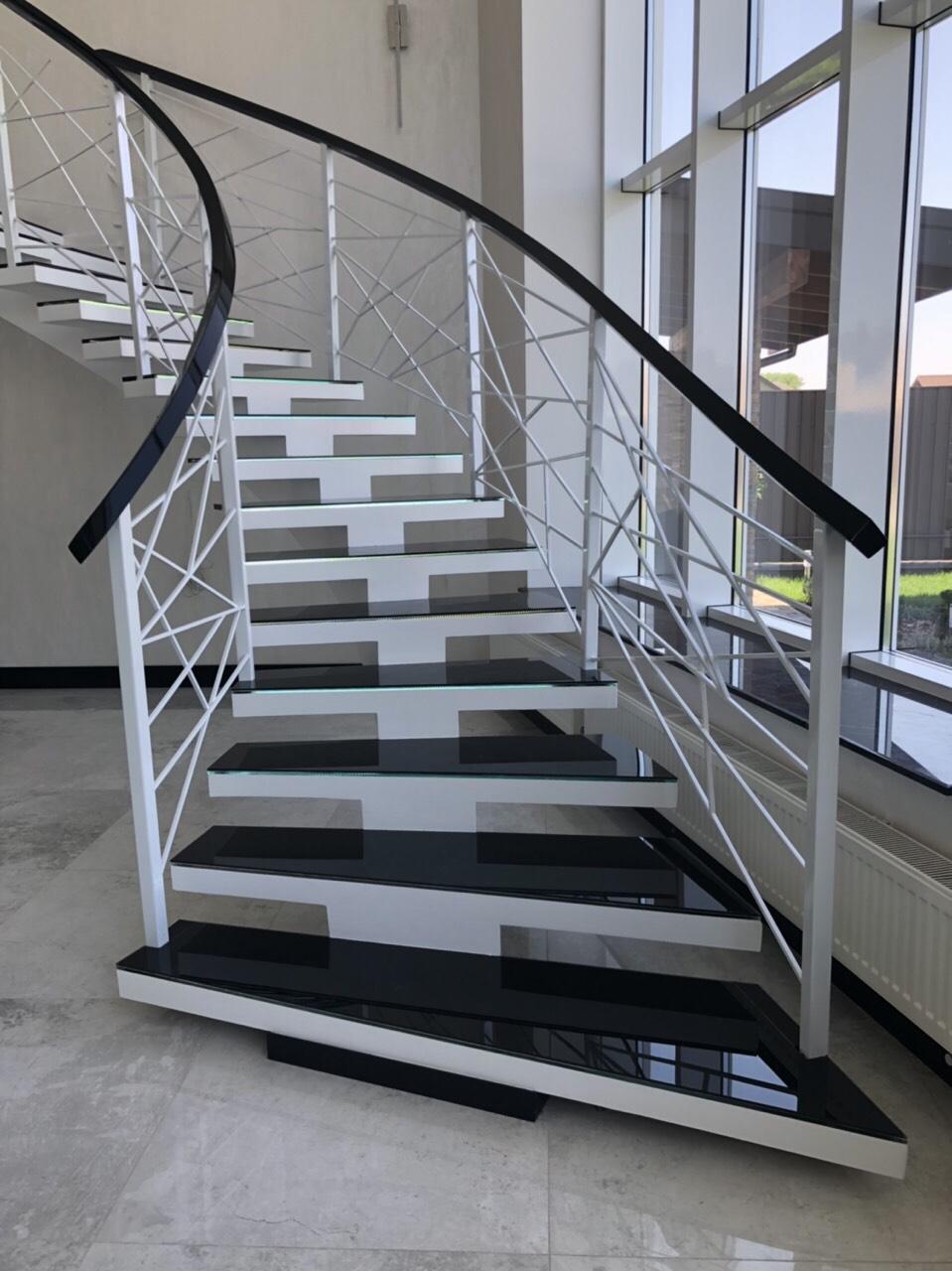 Г-Образная бетонная лестница на центральном косоуре