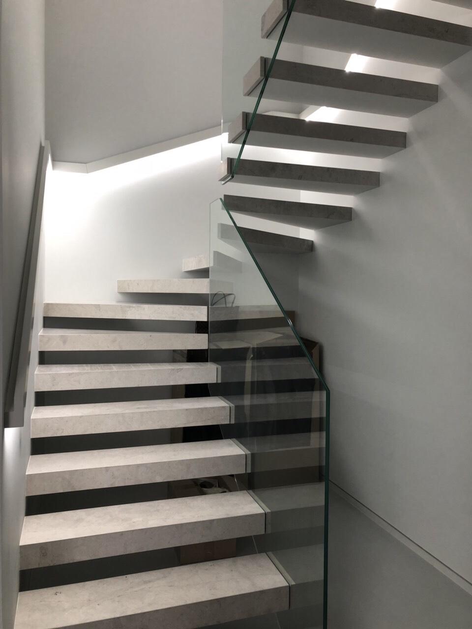 консольная лестница с отделкой камнем