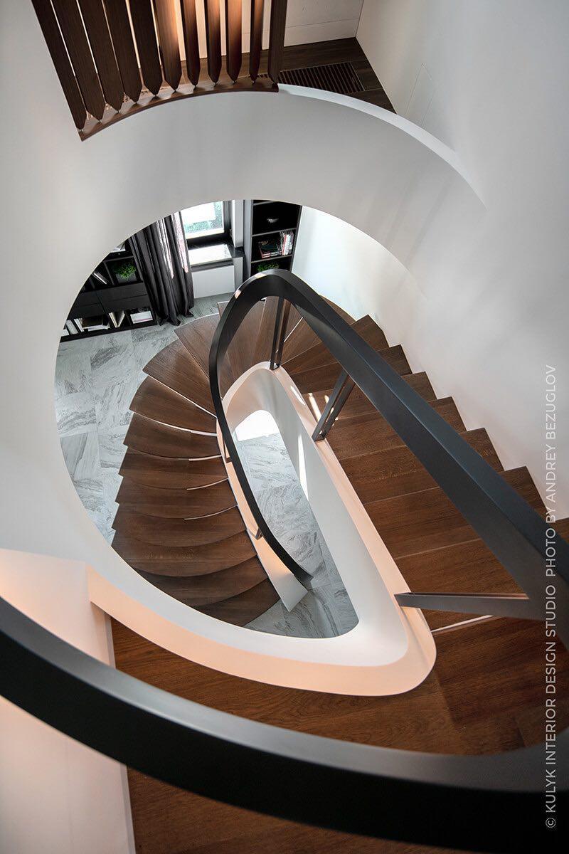 лестница с выделенным бортом