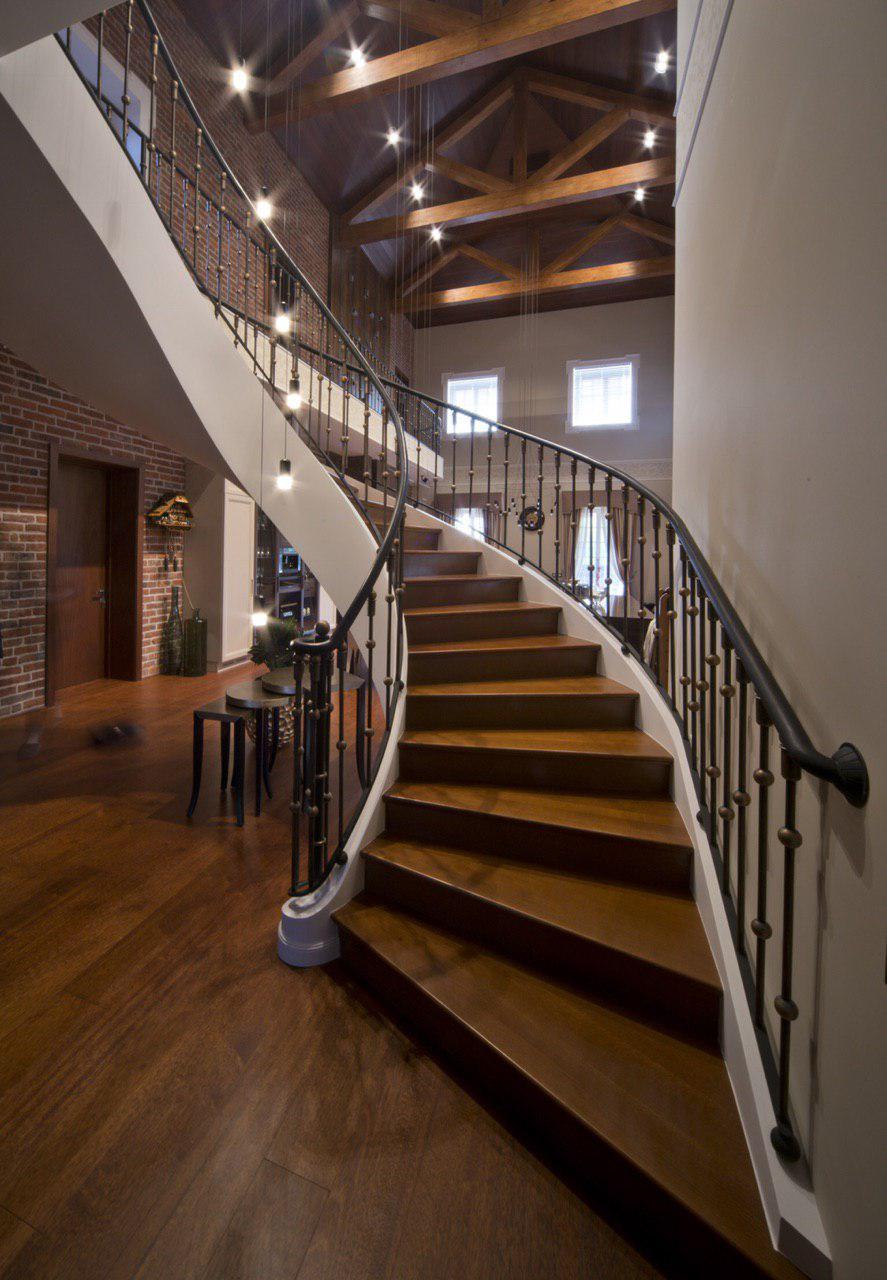 Полувинтовая гладкоподшитая лестница с бортами с расширением в начале марша