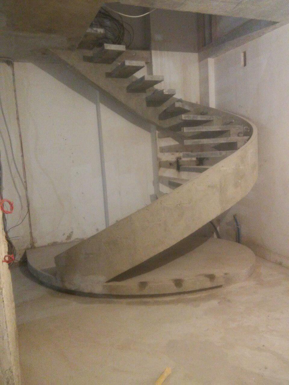Полувинтовая лестница конструкции боковой косоур с бортом