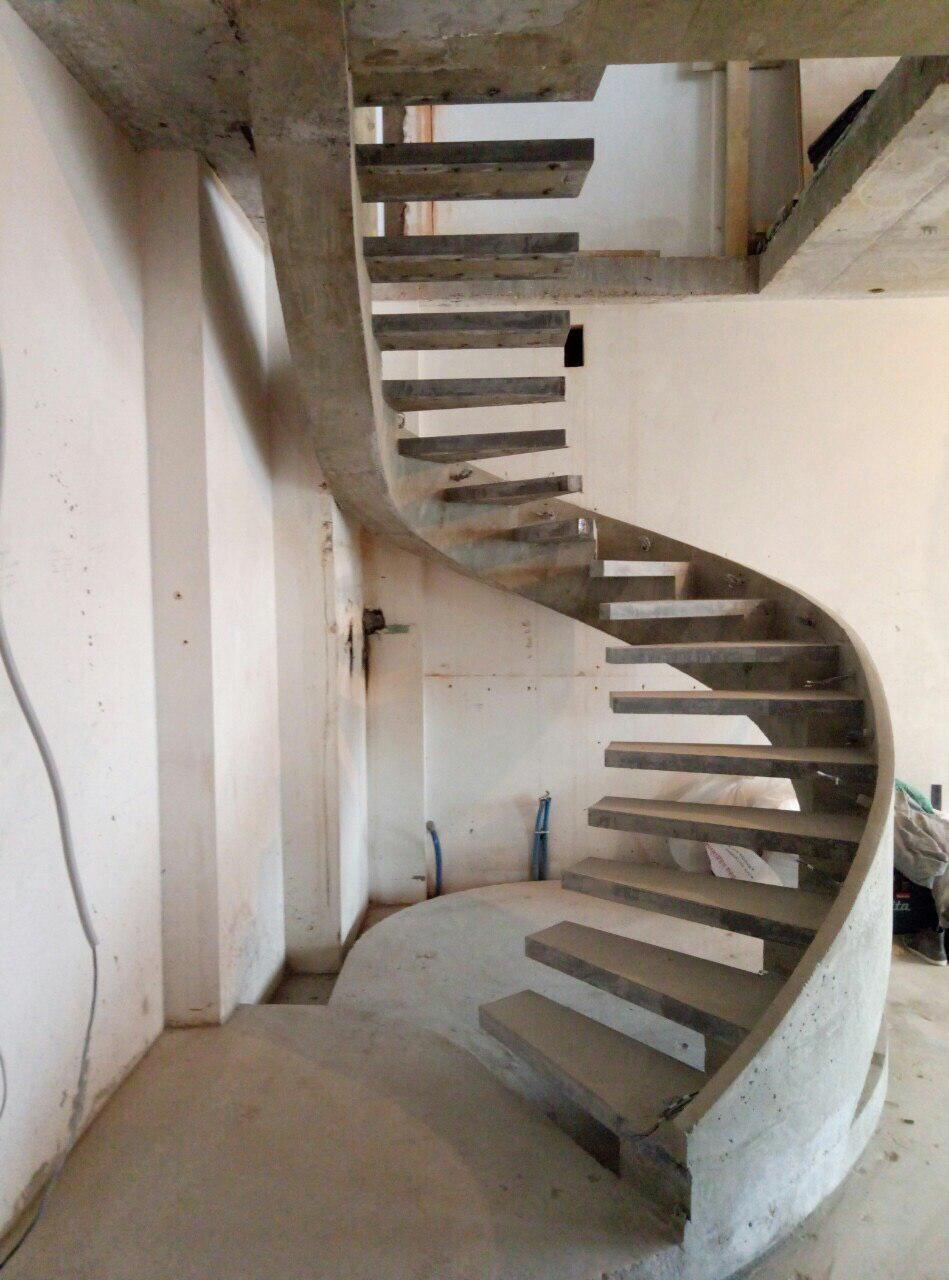 Полугвинтові сходи, конструкції – бічний косоур з бортом